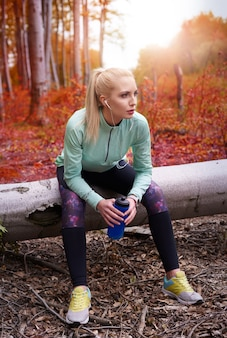 ジョギングの若い美しい女性にクローズアップ