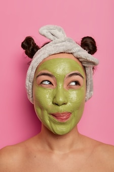 Крупным планом молодая красивая женщина с маской для лица