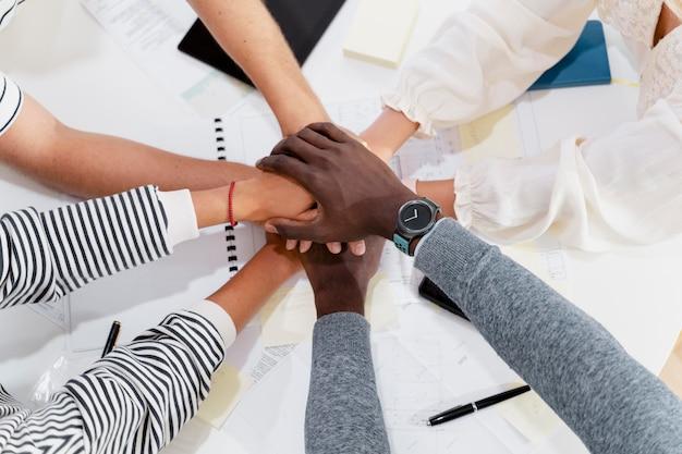 회의에서 젊은 동료의 손을 클로즈업