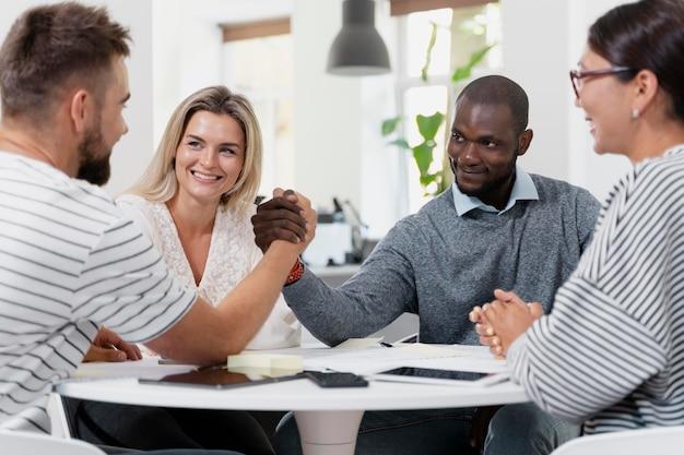 Крупным планом молодых коллег, встречающихся