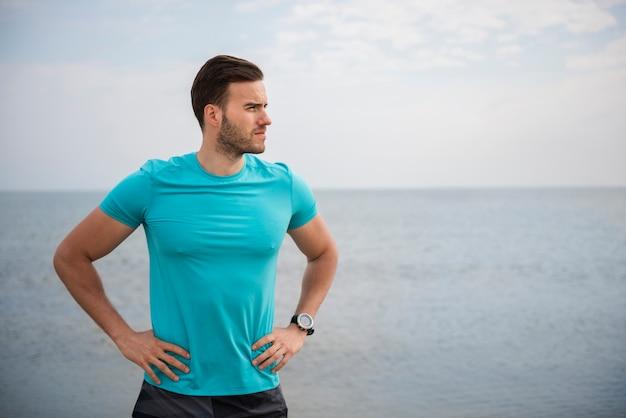 Крупным планом на молодой здоровый человек, бегающий у моря