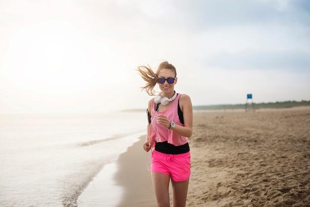 海でジョギングしている若い健康な人にクローズアップ