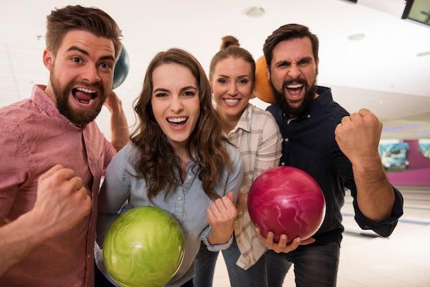ボウリングを楽しんでいる若い友達にクローズアップ