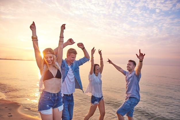 ビーチで楽しんでいる若い友達にクローズアップ