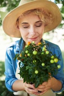 製品を販売している若い庭師のクローズアップ