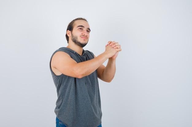 Крупным планом молодой человек жестикулирует изолированные