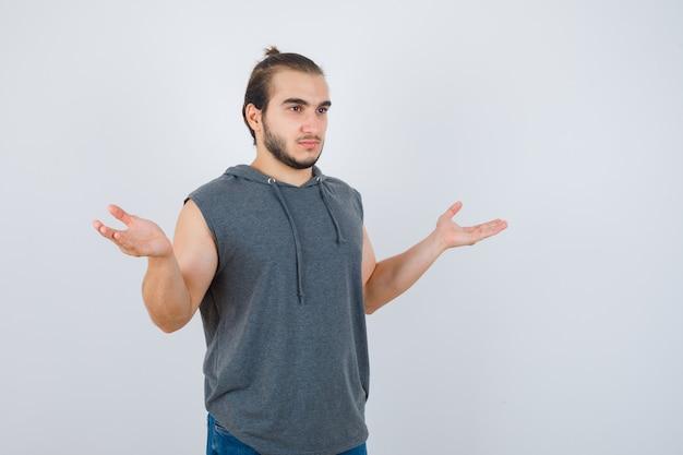 孤立した身振りで示す若い男にクローズアップ
