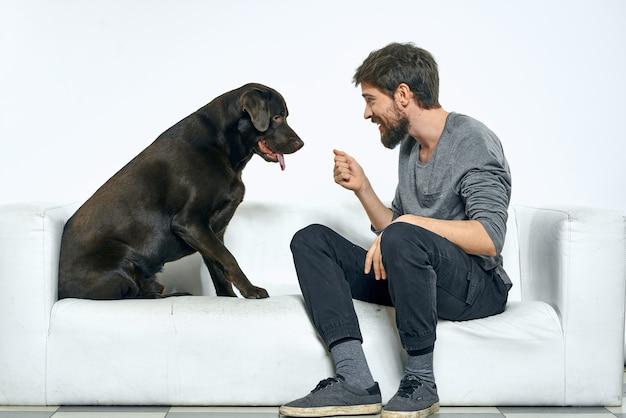 彼の犬と一緒に時間を過ごす若い男にクローズアップ