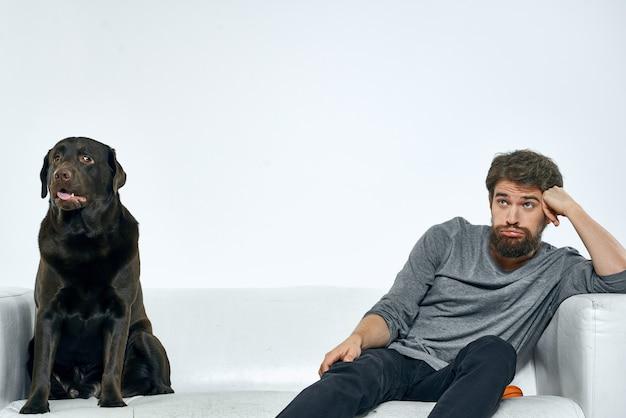Крупным планом молодой человек, проводящий время со своей собакой
