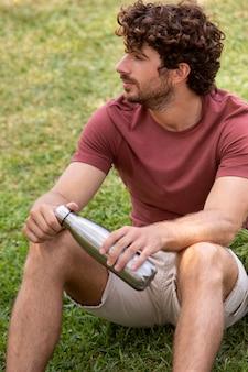 Крупным планом молодой человек, отдыхающий после покупок