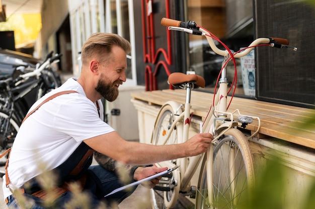 자전거에서 일하는 젊은 남자를 클로즈업