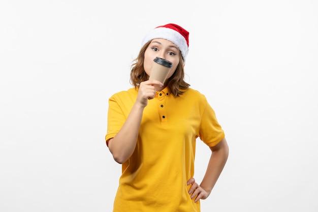고립 된 크리스마스 모자를 쓰고 젊은 예쁜 여자에 가까이