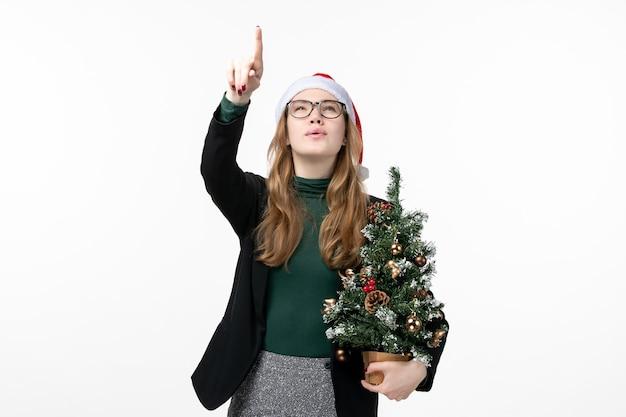 孤立したクリスマス帽子をかぶって若いきれいな女性にクローズアップ