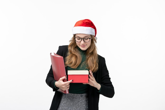 Крупным планом на молодая красивая женщина в шляпе рождество изолированные