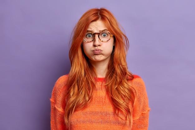 젊은 빨강 머리 여자 몸짓에 가까이 무료 사진