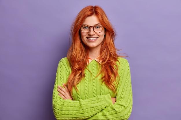 Крупным планом на жесты молодая рыжая женщина