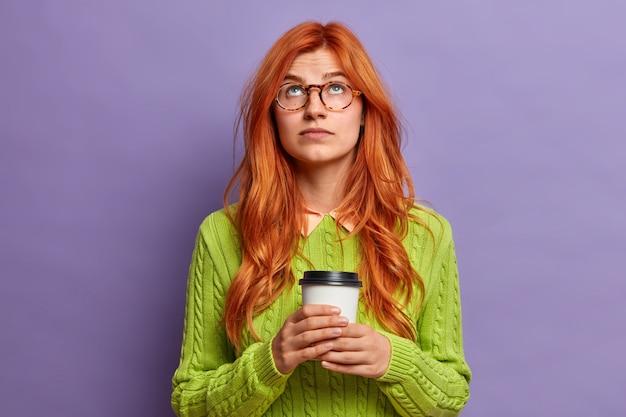 身振りで示す若い赤毛の女性をクローズ アップ
