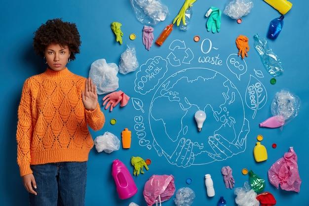 エコロジーコンセプトコラージュの近くの若い女性活動家にクローズアップ