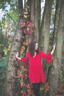 秋の公園で若い女性にクローズアップ