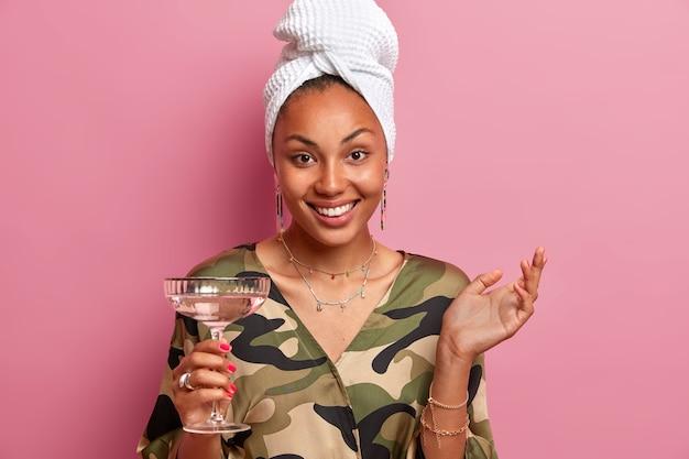 Крупным планом молодая женщина в халате и завернутое полотенце на голове