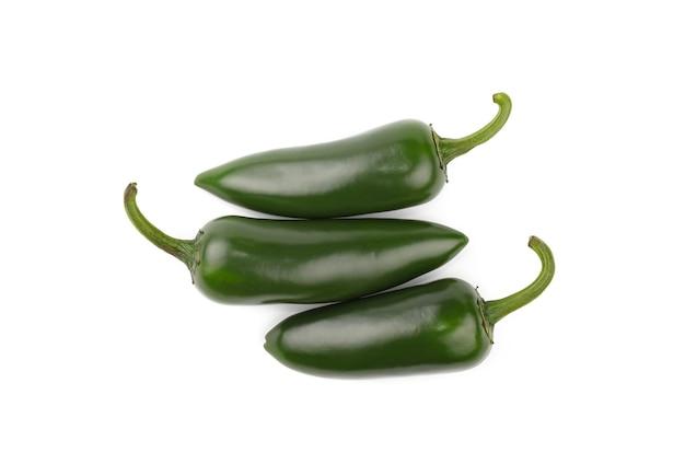 바로 위에 흰색 배경, 높은 평면도에 고립 된 세 신선한 녹색 jalapeno 핫 칠리 페퍼스의 한 그룹을 닫습니다