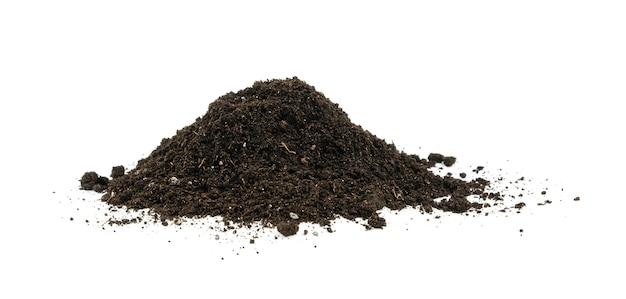 Закройте одну кучу черной гумусовой почвы, изолированную на белом фоне, вид сбоку под низким углом