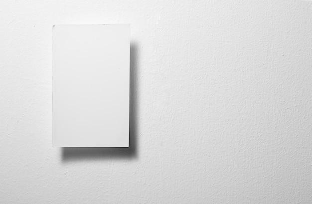 회색 배경에 하나의 흰색 메모지를 닫습니다.