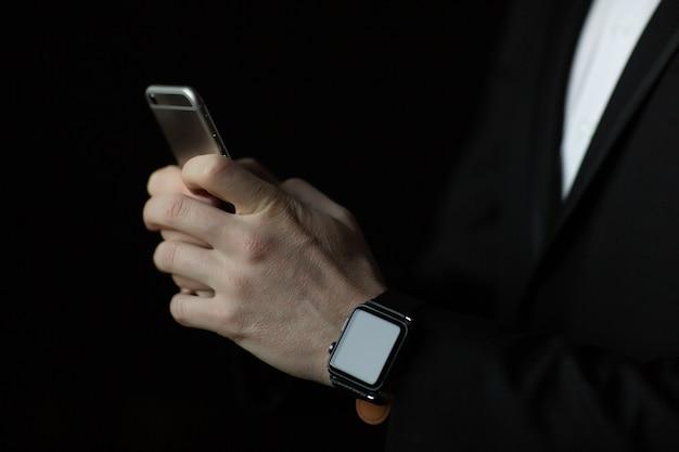스마트 폰을 들고 시계 손으로 onman을 닫습니다