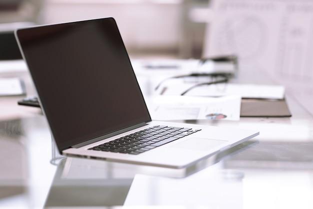사업가의 책상에 up.open 노트북을 닫습니다. 비즈니스 기술