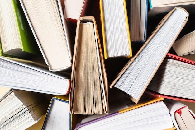 Крупный план раскрытых книг на столе