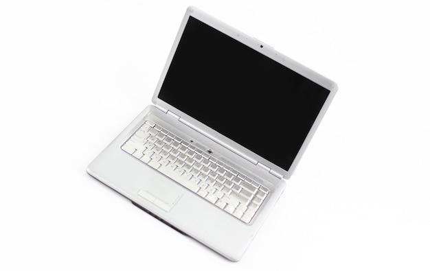 흰색 배경에 열린된 노트북을 닫습니다.
