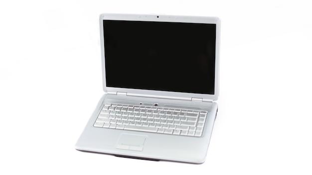 흰 벽에 열린 노트북을 닫습니다.