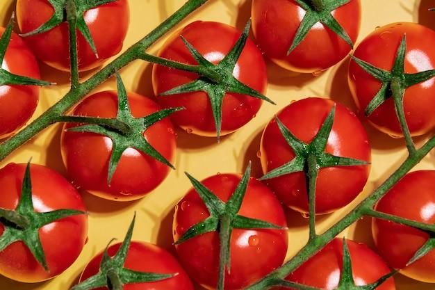 Крупным планом органические помидоры черри спелые маленькие красные помидоры на ветке