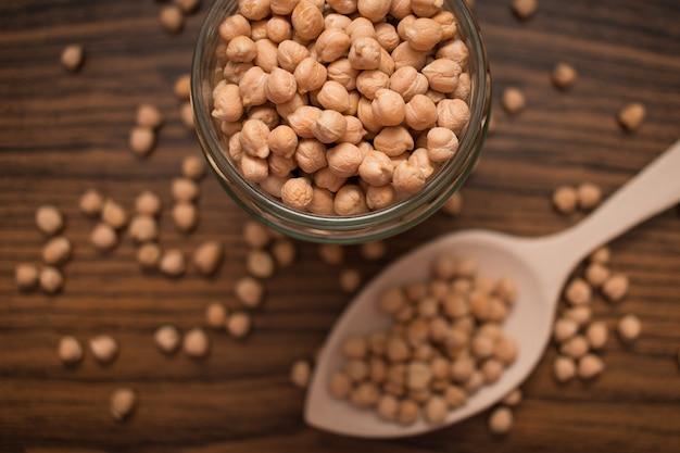 有機ひよこ豆マメ科植物をクローズアップ