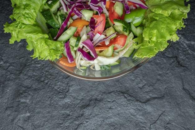 黒の背景にオーガニックヘルシーサラダを閉じます。高品質の写真