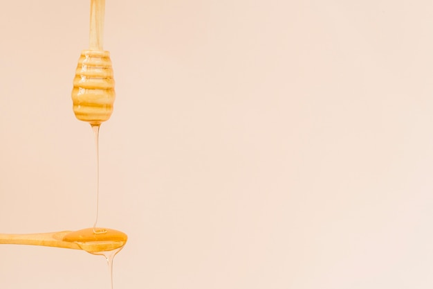 Крупный план органического меда наливание на ложку