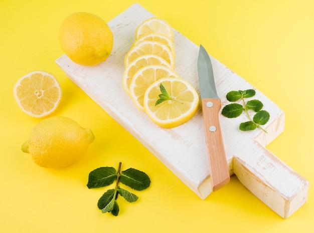 テーブルの上のクローズアップの有機レモン