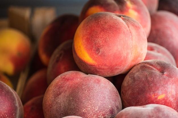 Крупным планом органический персик