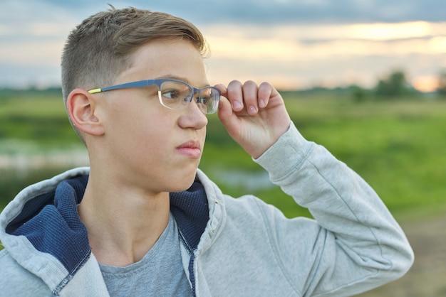 Макро открытый портрет мальчика 14 лет в очках