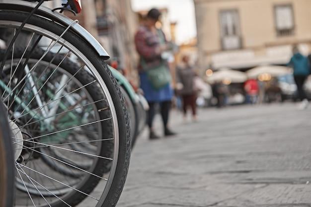 거리에 주차 된 자전거 바퀴의 야외 촬영을 닫습니다.