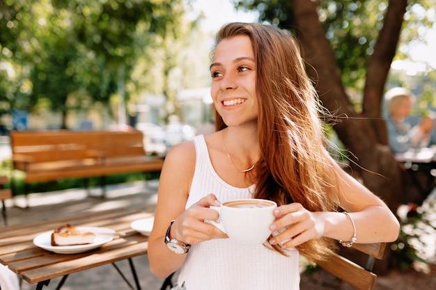 幸せな魅力的な若い女性の肖像画の外のクローズアップ