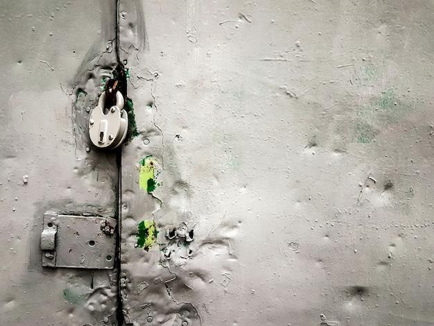 확대. 칠해진 철문에 자물쇠. 복사 공간이 있는 사진