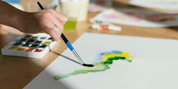 Кисть крупным планом и акварельные краски