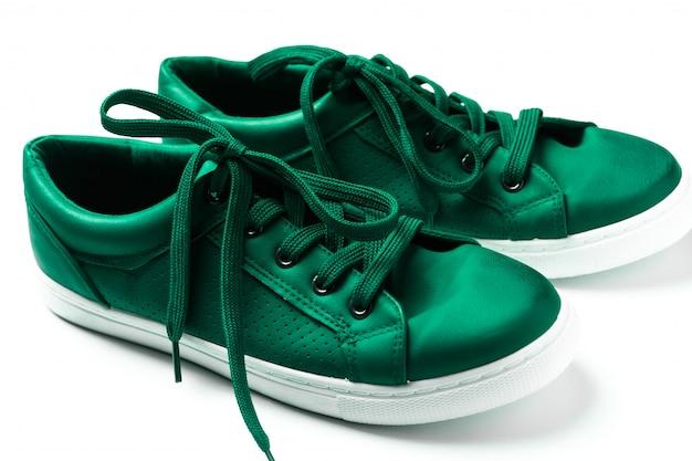 Зеленые кроссовки на белом фоне
