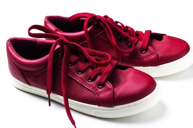 Пара красных кроссовок на белом фоне