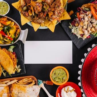 メキシコ料理の中のクローズアップ紙のカード