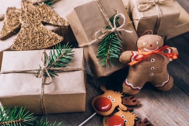 床に紙で包まれた贈り物をクローズアップ