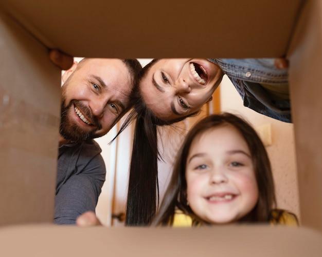 ボックスを通して見ている親と子供をクローズアップ