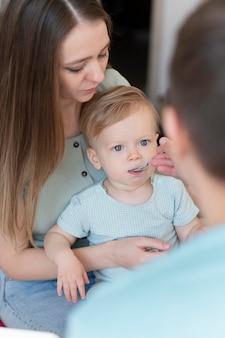 Крупным планом родители кормят малыша