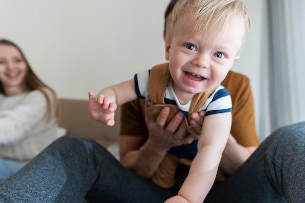 Крупным планом родители с улыбающимся ребенком
